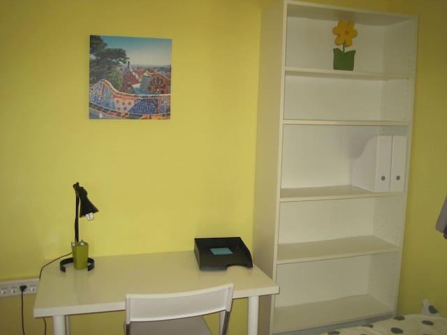 Room (yellow) - centre 4min walking - Jerez - House
