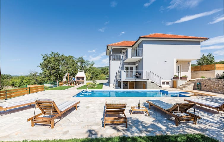 Holiday cottage with 4 bedrooms on 186m² in Blato na Cetini