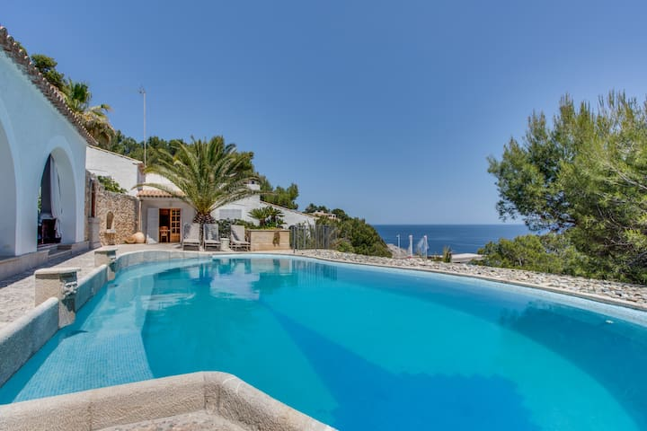 R.112 Luxurious villa on the sea front with pool - Provensals - Huis