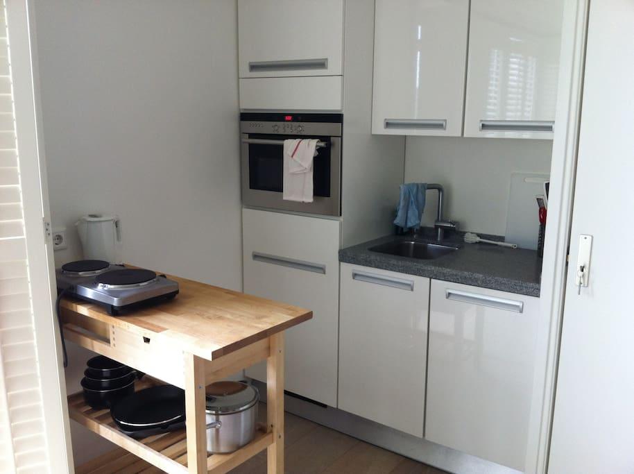 keuken. 2 elektrische plaatjes elektrische oven met magnetron en afwasmachine