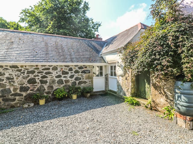 SWALLOWS, character holiday cottage in St Keverne, Ref 26701