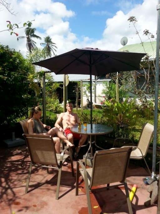 Het is goed toeven op het terras bij het zwembad. Gekoelde drankjes zijn te koop.