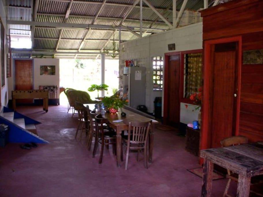 Gemeenschappelijke ruimte waar het ontbijt geserveerd wordt.