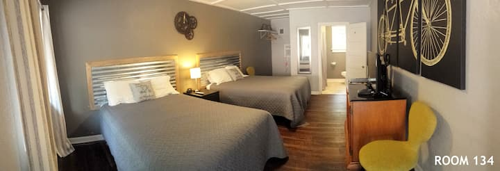 Base of Pike's Peak- 2 Queen Beds - 134, 140, 141, 142 Signature Renovated Bicycle Themed Room