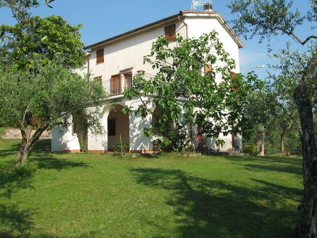 Casa con grande giardino