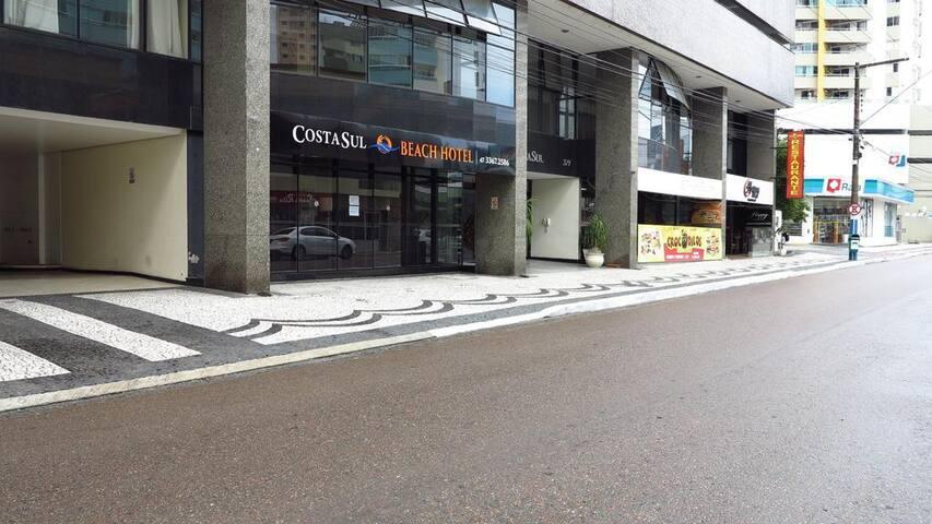vista externa da rua, restaurante Crocodillos no próprio prédio