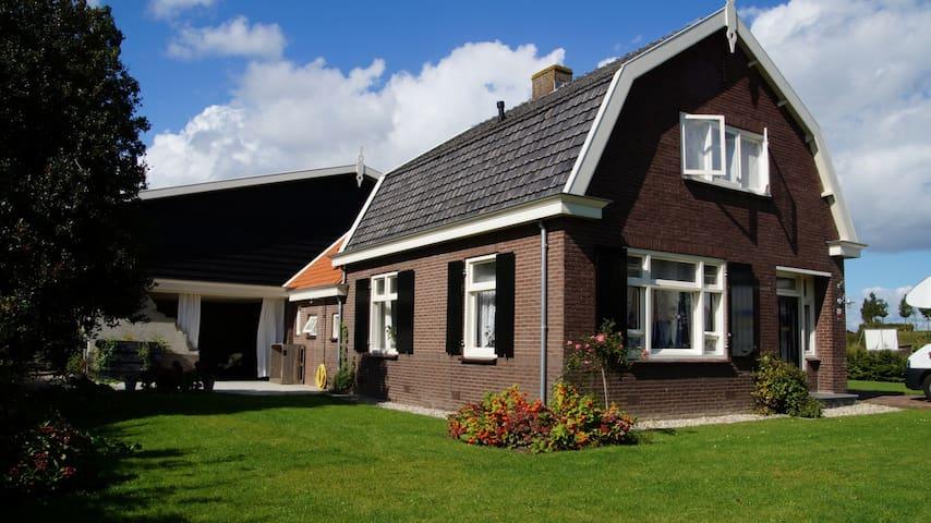 Romantische woonboerderij met stallen en weiland - Zuilichem