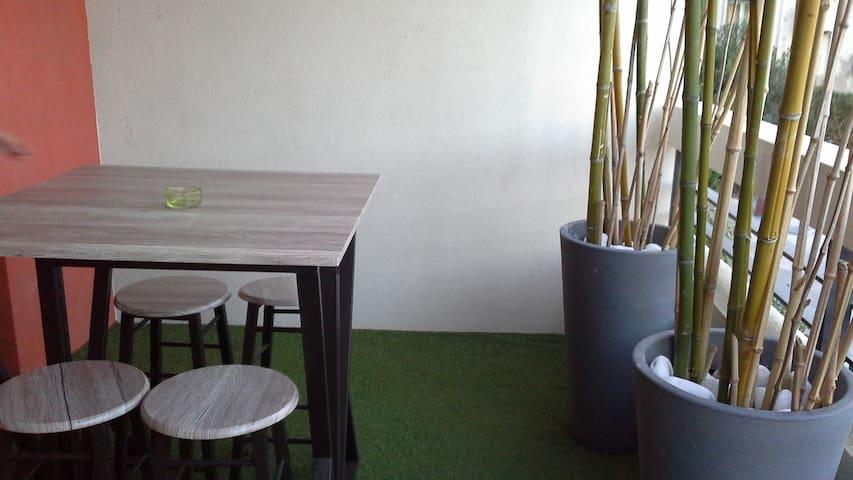 studio terrasse parking privé á proximité de tout