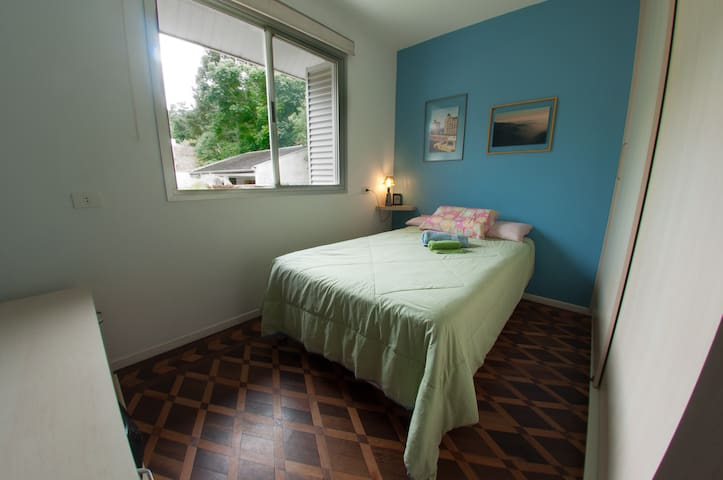 Confy room, walkable distance to Parque Barigui