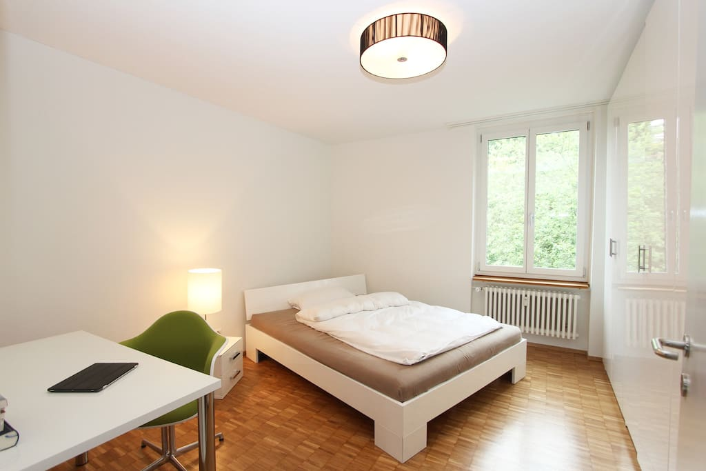 Double bed in spacious light room towards quiet and green backyard...