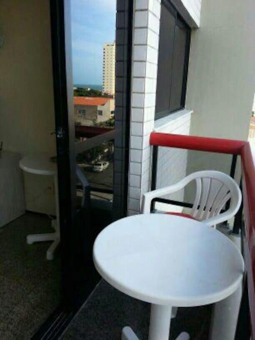 varanda com mesinha, e cadeiras para um drink, ou relax.....