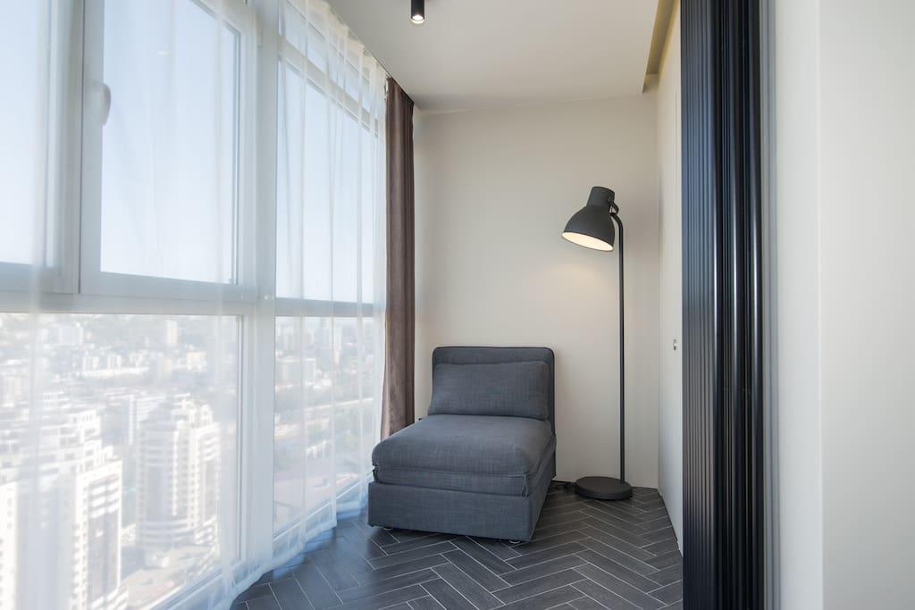 Диван-кровать,витражные окна