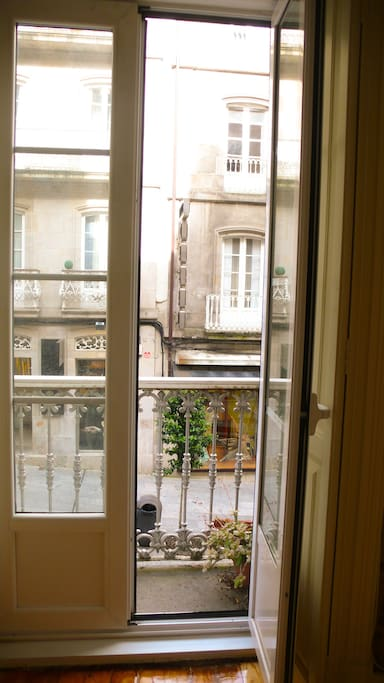 Balcón en la habitación, da a una calle peatonal