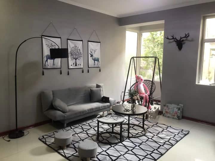 【未莱公寓】北欧风格投影大床房配有麻将桌、近西客站、近下元商圈理工大、西华苑商圈、交通便利