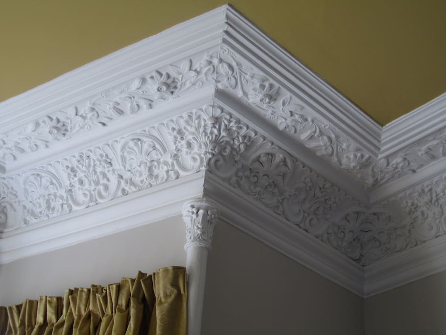 Attractive Cornice in Lounge