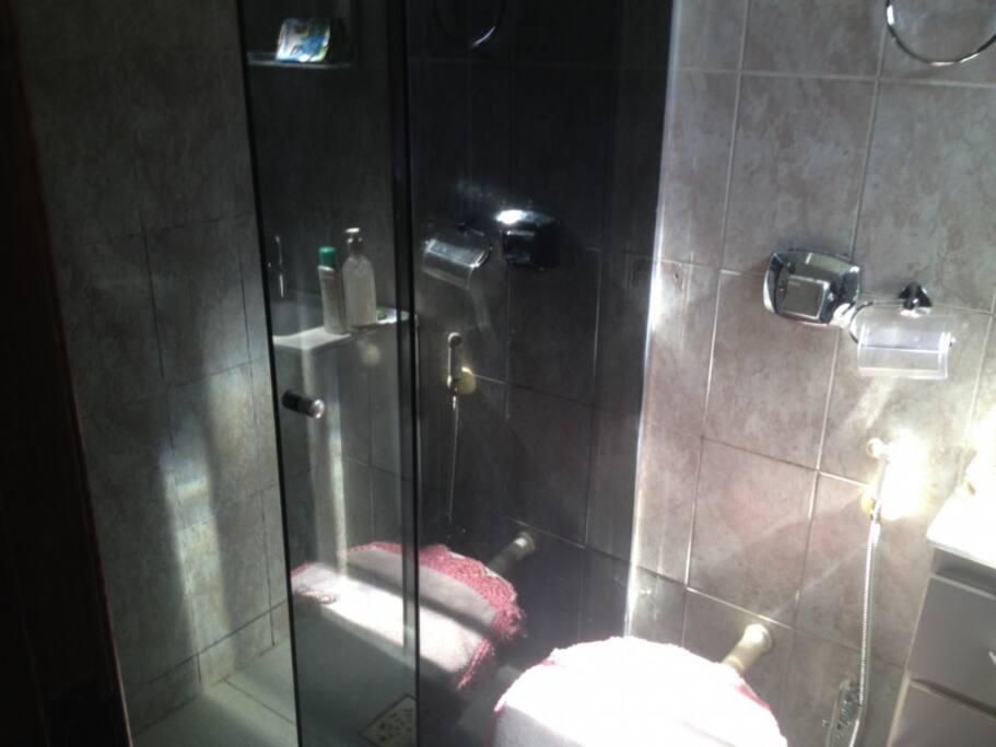 banheiro todos com box blindex..