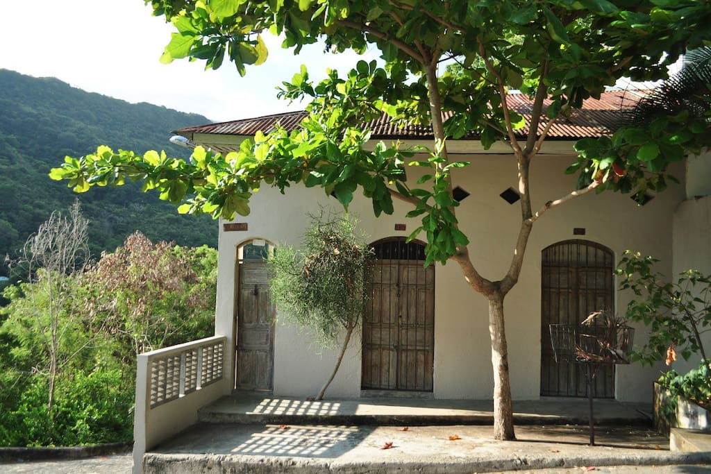 La casa desde la calle / View of the house from the street