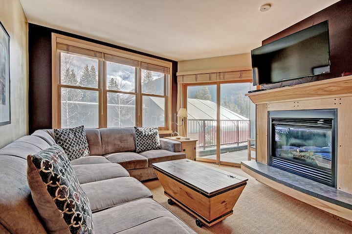 Elegant Updated 1 Bedroom in the Heart of River Run Village! Walk to the Slopes! Two Hot Tubs On Sit
