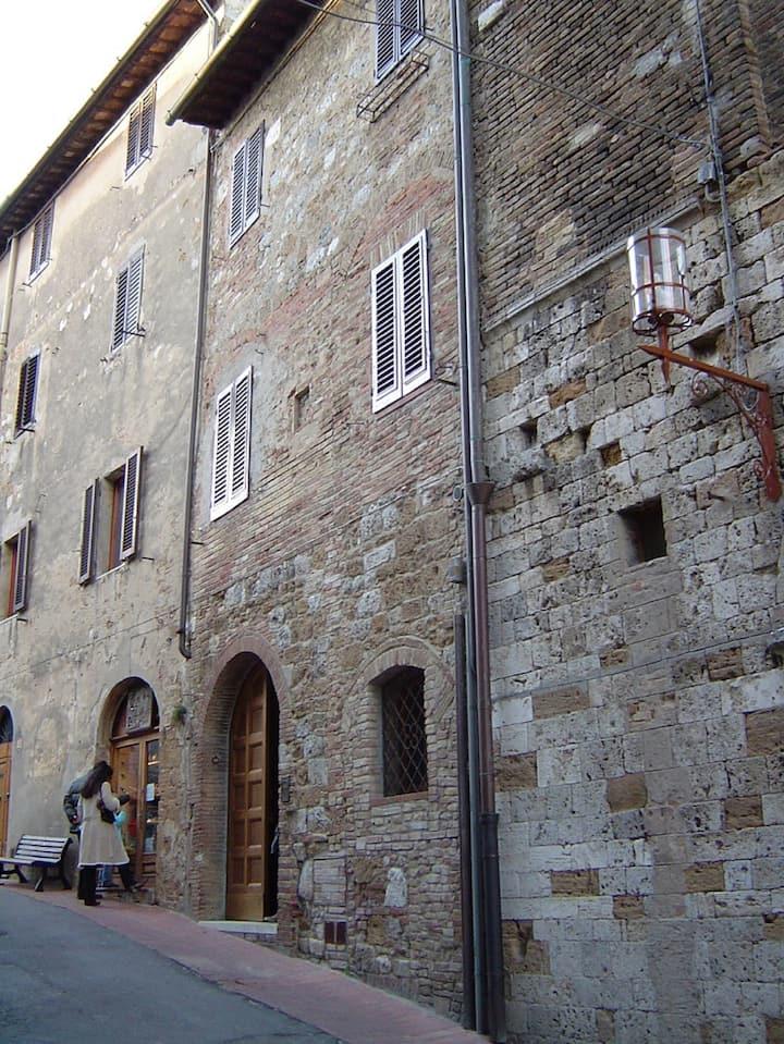 Antica Posta hold house in San Gimignano heart