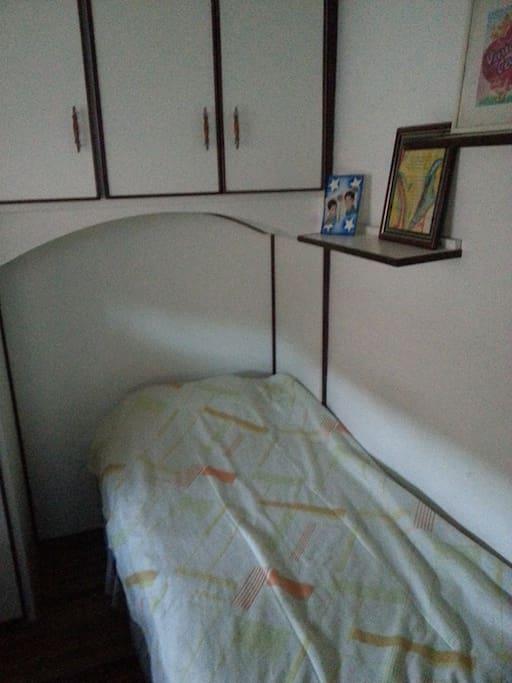 Quarto com cama de solteiro