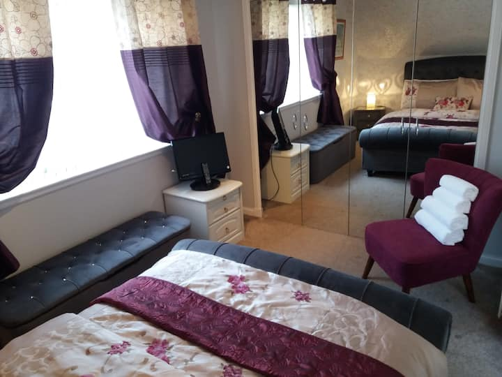 Spacious double en suite bedroom nr Edinburgh