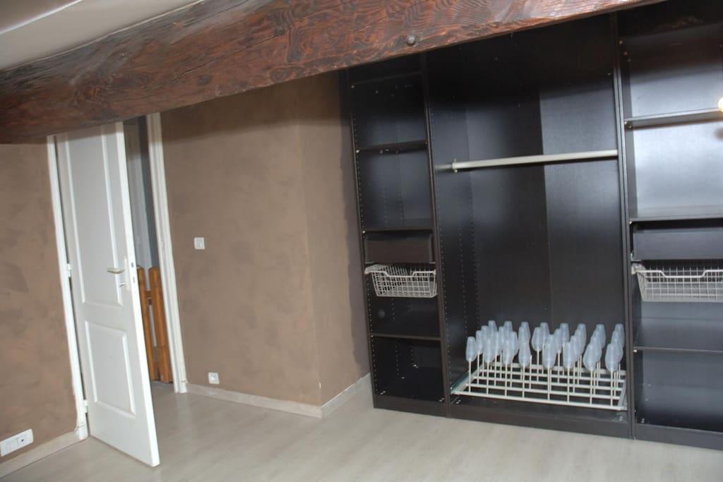 Chambre 2 mansardée, avec vélux, lit en 160 et grand placard.