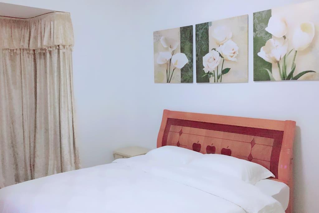 主卧室,带空调,宽大的双人床,及五星级酒店配套床上用品