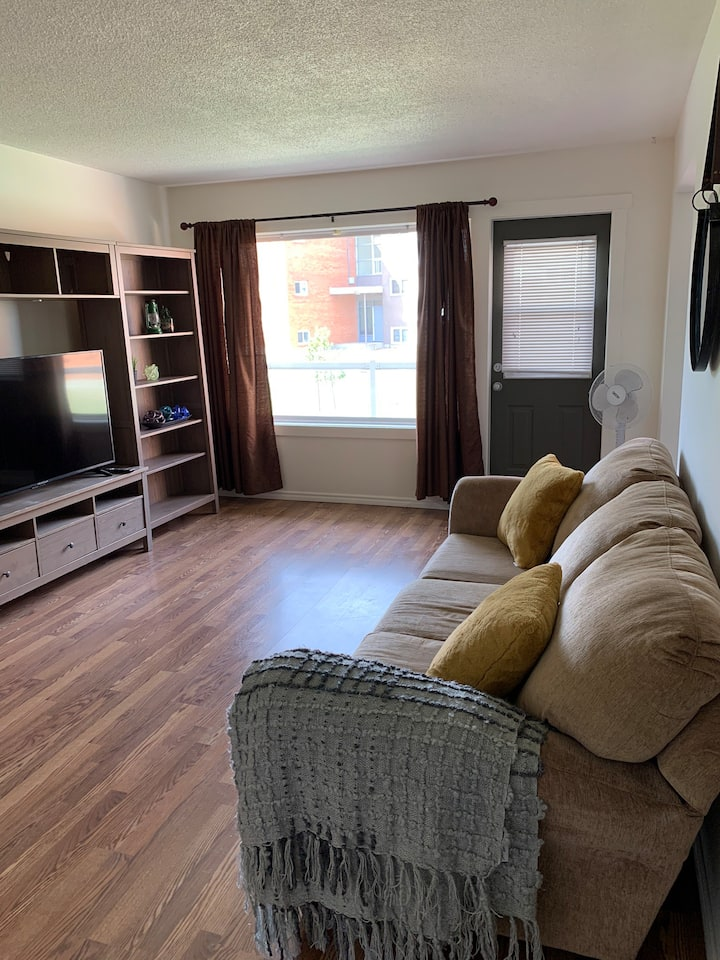 2 King Beds! Large Condo Close to Mall and Transit