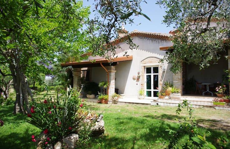 Villa IRIS - Immersa nel verde - Relax e Natura - Pisticci - Vila