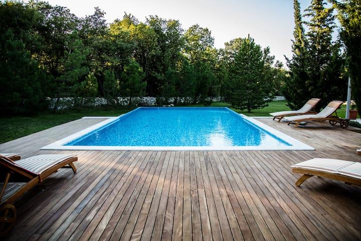 Moderna casa vacanze (piscina e giardino privato)