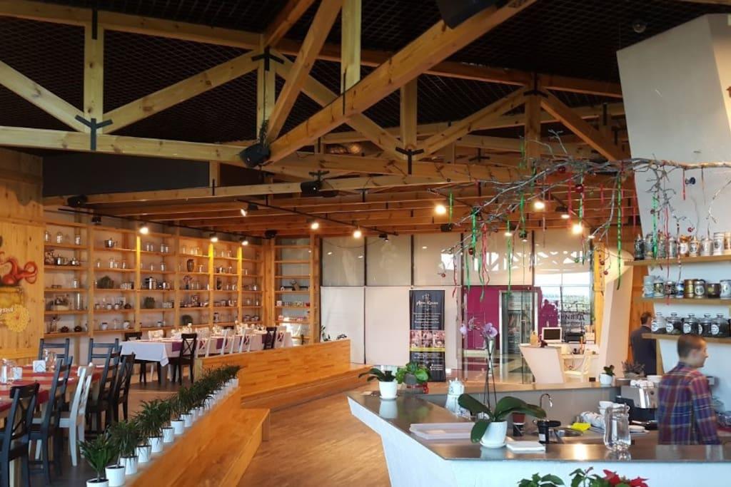 Большой выбор кафе и баров поблизости
