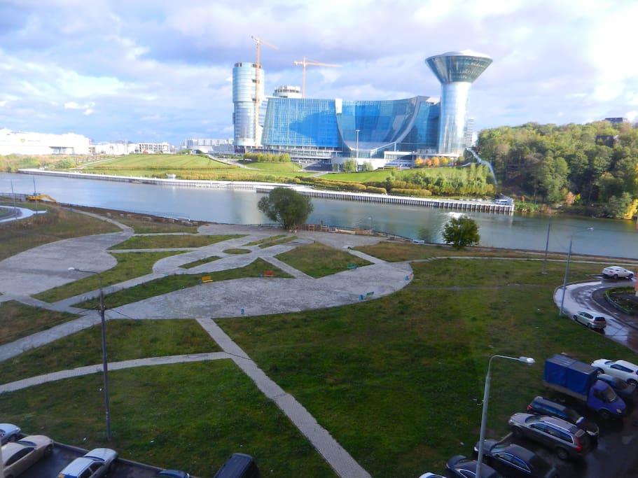 окна смотрят на реку Москва