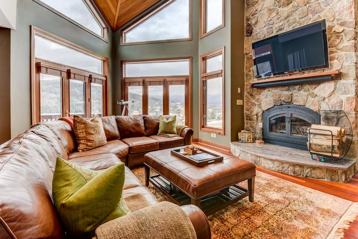 CR20: Luxurious ski-in ski-out townhome with stunning views, AC, stone fireplace, beautiful kitchen for your family getaway in the heart of the White Mountains! DISCOUNTED SKI TICKETS!