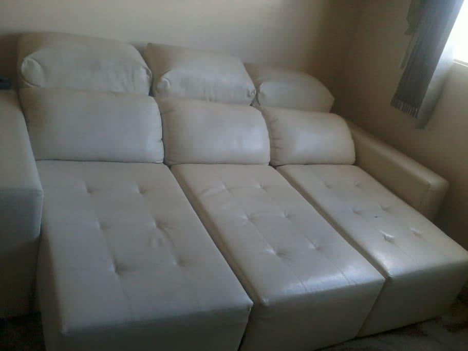 Sofá reclinável e retrátil