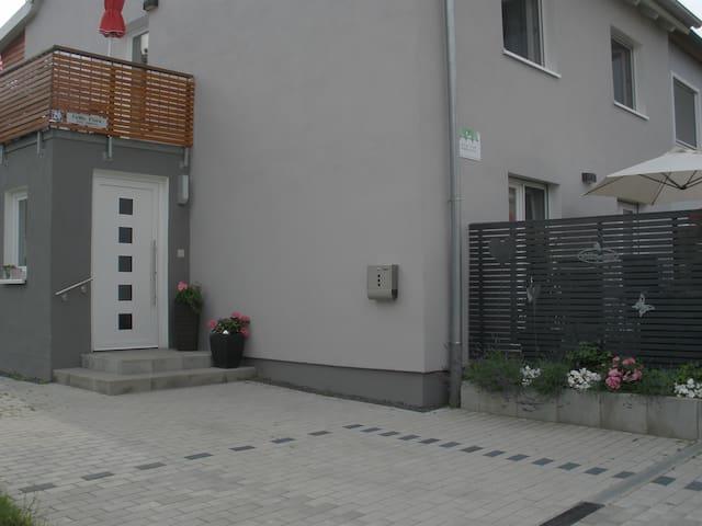 """Eingangsbereich, Balkon  Wohnung """"Tulpe"""", Terrasse Wohnung """"Rose"""""""