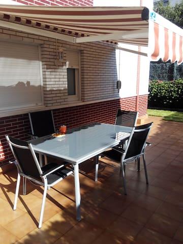 Apartamento ideal con terraza y jardín.