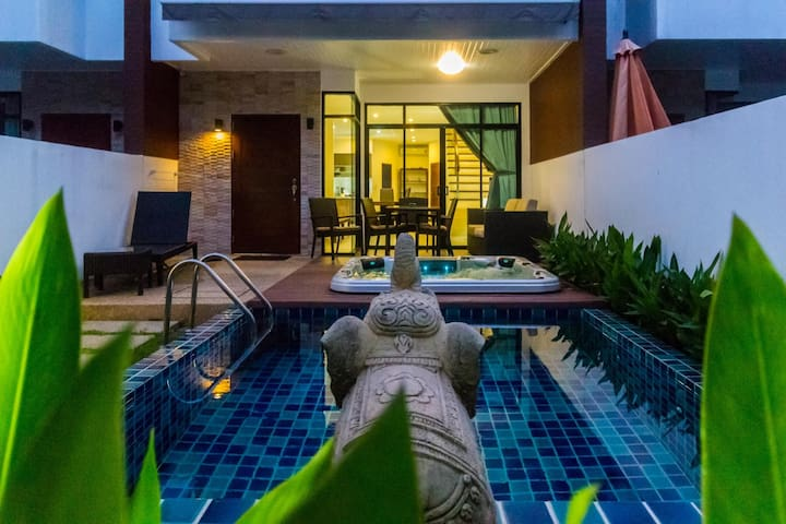 Pool and jacuzzi in Kamala holiday home
