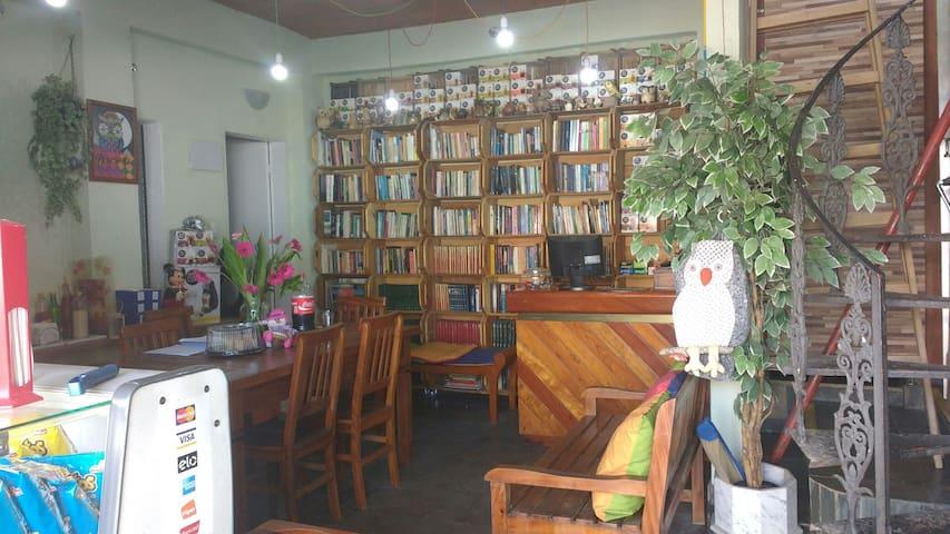 Garagem Cultural, amizade, conforto e um bibliobar - São Paulo - Dom
