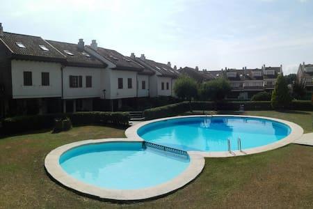 Adosado con piscina junto al mar - Loredo - Hus