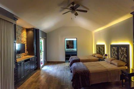 Stunning Tamarindo Beach Condo w/Pool~Casa Komodo! - Tamarindo - Apartment