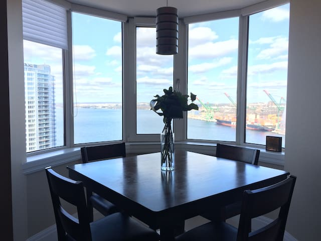 Luxury Penthouse Level Bedroom with Panoramic View - Halifax - Apartemen