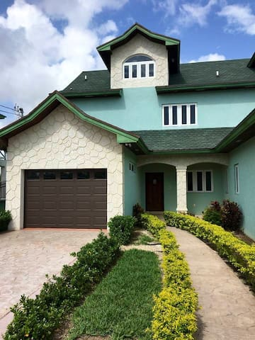 Elegantly designed and spacious townhouse for you.