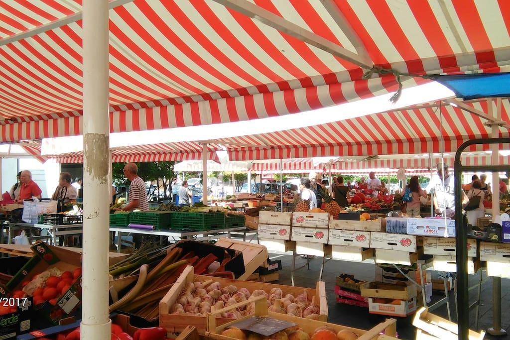 marché provençal du quartier /district provencal market/provenzale mercato à proximité