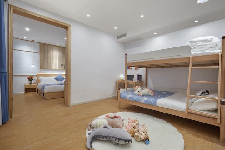 亲子两室套房,楼下停车库免费停车,@天青舍江景高端民宿,点开我的头像有更多的房源选择哦。