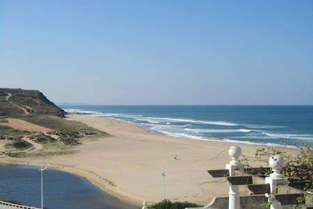 Junita Maree's Beach Hostel - Orange Dorm Room - Lourinhã