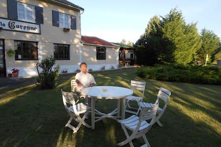 Logis de la Garenne Chambre N°2 - Mortagne-sur-Gironde - Bed & Breakfast