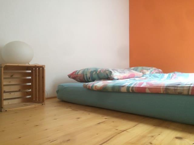 2 Zusatzbetten auf Zwischenboden im Schlafzimmer
