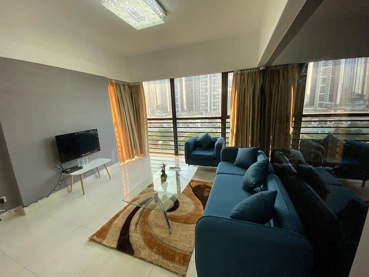北欧极简风两房大公寓,有两个转角玻璃大窗,位于容桂繁荣区,公寓设备崭新,渔人码头,花溪公园,华侨城