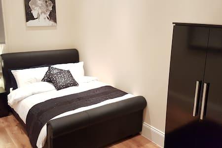 Deluxe 1 Bedroom Apartment in Town Centre - Хаддерсфилд