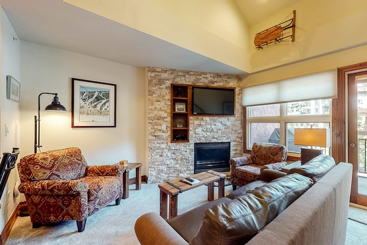 Ski-in/out condo w/balconies, fireplace, shared hot tubs/pool/laundry, fast WiFi